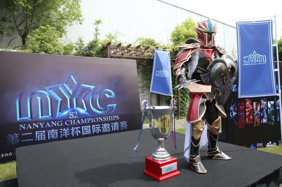 赛事官方Cos龙骑士与赛事奖杯