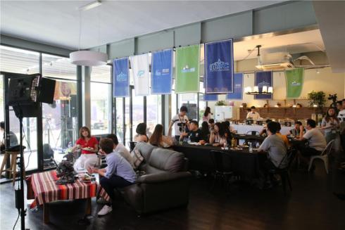 赛事评论席与休息区餐台连为一体